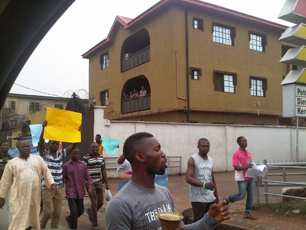 PHOTOSPEAK: Araromi Residents Protest Protracted Power Outage